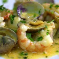 Almejas con Langostinos en Salsa Verde.