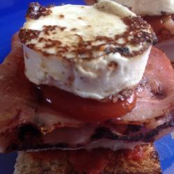 Canapé de Pavo con Bacon y Queso de Cabra.