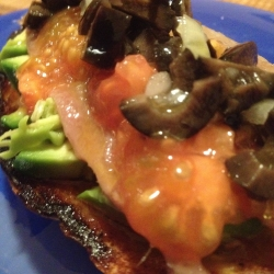 Tosta de Anchoas con Aguacate, Caviar de Tomate y Vinagreta de aceituna Negra.