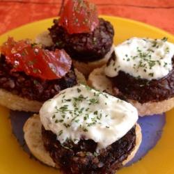 Canapés de Morcilla de Arroz con Salsa Alioli y Confitura de Tomate Rojo.