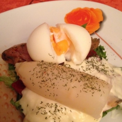 Huevo Escalfado con Salmón Ahumado y Salsa de Espárrago